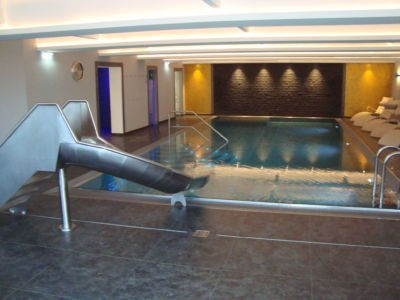 Indoor Pool mit Rutsche
